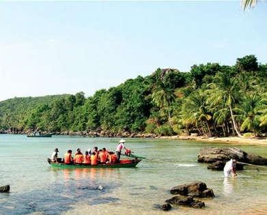Khách tham quan đến đảo du lịch
