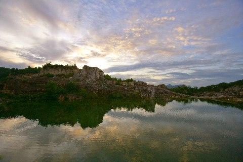 tại núi Chưn Num (Tà Pạ) rất trong xanh và mát lành đó chính là Hồ Tà Pạ.