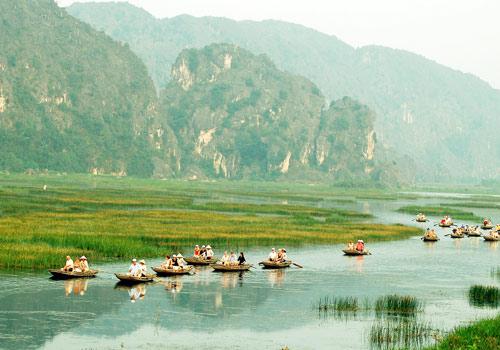 Du khách đi du thuyền tại Vân Long
