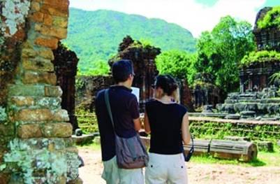 Khách nước ngoài du lịch và nghiên cứu thánh địa Mỹ Sơn
