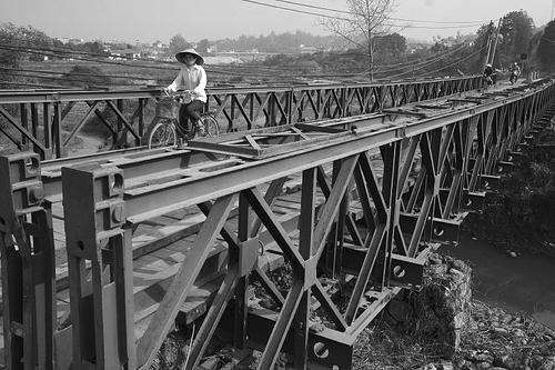 Cầu Mường Thanh bắc qua dòng sông Nậm Rốm là cầu dã chiến do người Pháp xây dựng từ cuối năm 1953, sau cuộc nhảy dù chiếm đóng Điện Biên Phủ. Ảnh: Tư liệu