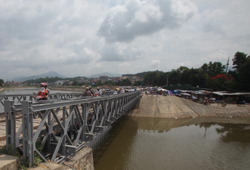 Nay hai bờ sông được xây kè sạch đẹp, dòng sông cũng được xây đập ngăn nước. Cây cầu là hiện thân của lịch sử vẫn hàng ngày phục vụ người dân qua lại.