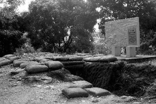 Lô cốt Cây đa cụt, hay còn gọi là Ụ thằng người nằm ngay lối lên chân đồi A. Lô cốt này bị đại đội 671 tiểu đoàn 251 trung đoàn 174 đại đoàn 316 tiêu diệt lúc 1h30 ngày 7/5/1954. Ảnh: Tư liệu
