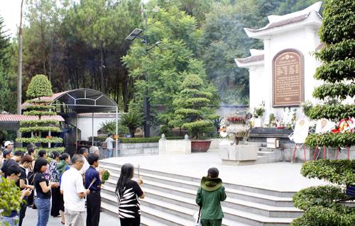 Du khách thập phương về dâng hương tại khu mộ 10 cô gái thanh niên xung phong tại Ngã ba Đồng Lộc. Ảnh: Thanh Tùng-TTXVN