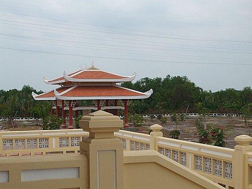 Nhà che bia nhìn từ đền chính