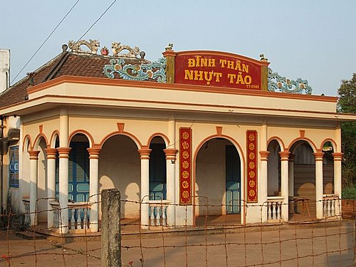 Đình thần Nhựt Tảo nằm cạnh khu di tích