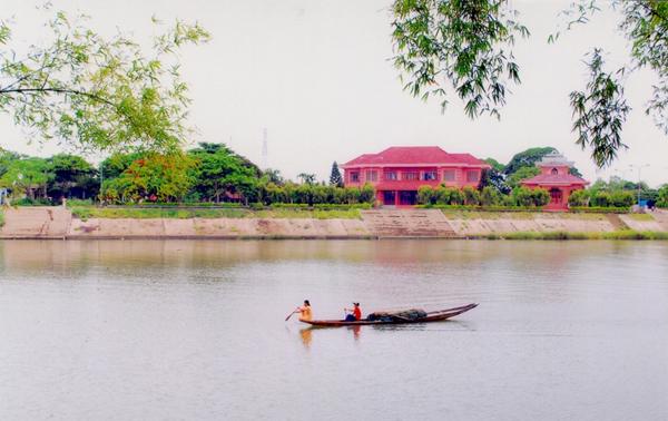 Khu di tích TBT Lê Duẩn trước bờ sông Thạch Hãn