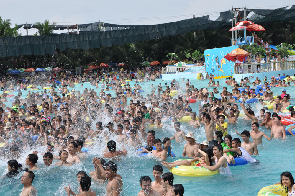 Công viên nước luôn hút khách nhất vào những ngày hè nóng nực