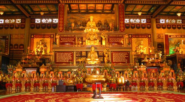 Toàn bộ tượng thờ trong Kim Điện và tượng đài các vị anh hùng của Việt Nam đều được dát vàng. Một khung cảnh bằng vàng lóng lánh.