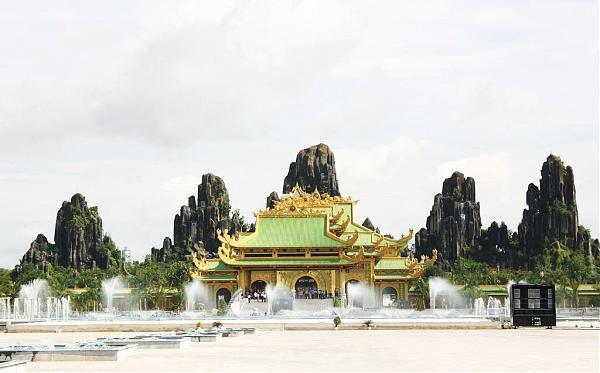 Khu đền dựa mình vào dãy núi Bảo Sơn, gồm 5 ngọn : Kim – Mộc – Thủy – Hỏa – Thổ, ngọn trung tâm cao 65,8 m.