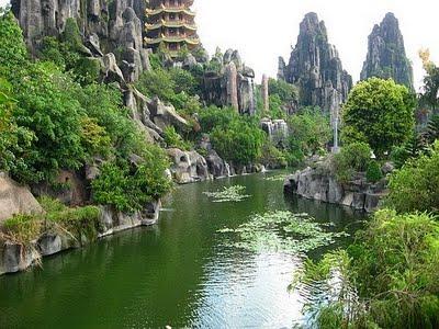 Dòng sông Bảo Giang uốn lượn, bao quanh Bảo Sơn, tạo nên một cảnh núi non hữu tình đặc trưng của Việt Nam.