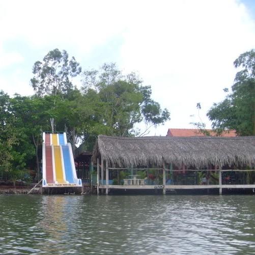 Những chiếc lều tre, nứa, lá dừa nước, những vuông cỏ xinh xinh