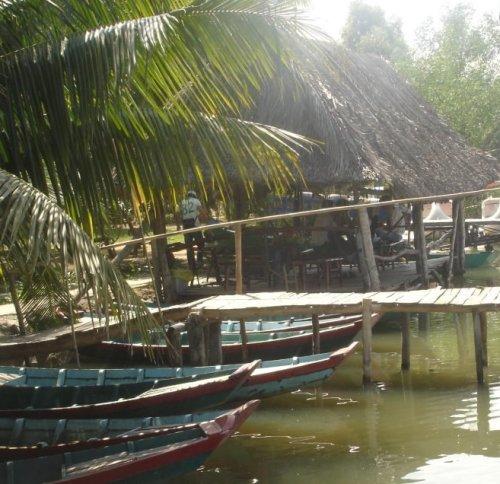 Nếu thích nằm trên cánh võng đong đưa đọc sách giữa những làn gió mát rượi thổi từ sông, bạn có thể đến thư viện với trên một trăm đầu sách của đảo.
