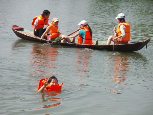 Thích hoạt động thì tham gia những trò chơi sông nước như chèo thuyền, câu cá, đạp thiên nga, hái dừa, đi cầu khỉ...