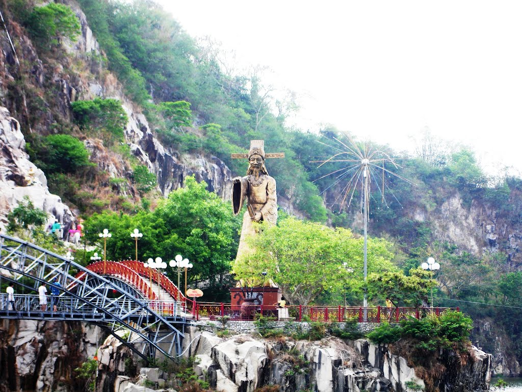 Tượng Thoại Ngọc Hầu quay lưng vào núi