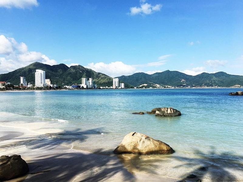 Bãi tắm Hòn Chồng cát trắng mịn, nước biển trong xanh