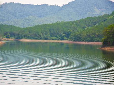 Vẻ đẹp yên ả, thanh bình là nét đặc trưng riêng có của hồ Khuôn Thần