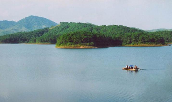 Trong không gian xanh bao la, du khách sẽ được bồng bềnh du ngoạn trên mặt hồ để quên đi bao lo toan của cuộc sống…