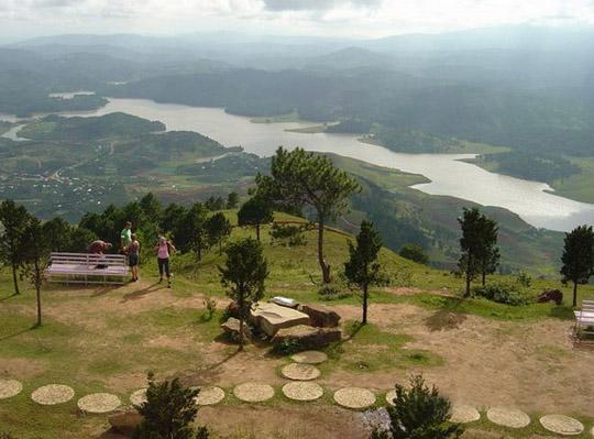 Núi Lang Bian còn được gọi là Núi Mẹ, gồm 2 ngọn, có độ cao 2.167m.