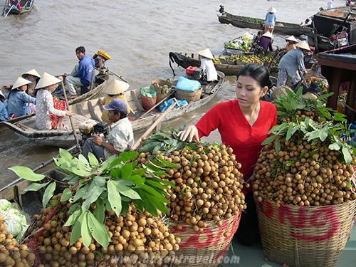 Du khách còn có thể lên thuyền đến chợ nổi Cái Răng gần đó…