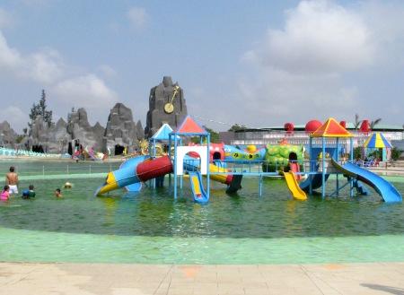 Khu vực tắm dành cho trẻ nhỏ với những ván trượt vui chơi lý thú.