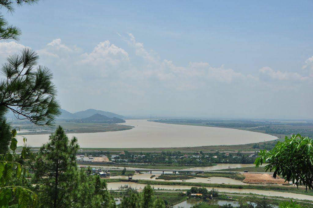 Quang cảnh sông Lam nhìn từ núi Quyết