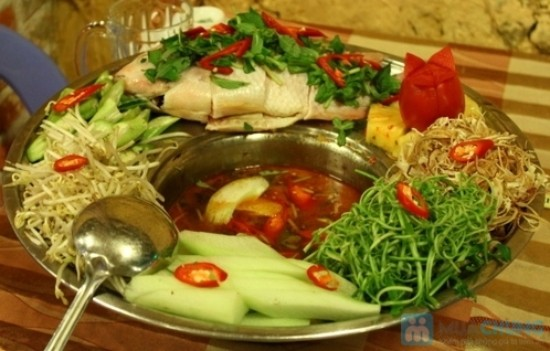 bạn sẽ được thưởng thức một bữa cơm trưa thật ngon với những món ăn đặc trưng của Đồng Tháp Mười như: cá rô kho tộ, lẩu chua cá lóc…