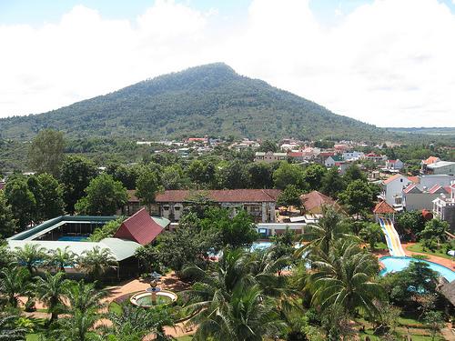 Từ phòng nghỉ của khách sạn, có thể thấy núi Bà Rá thật gần...