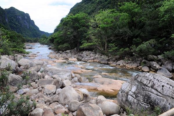 Dòng suối lô nhô những tảng đá to nhỏ