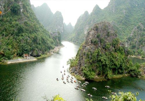 Cảnh du thuyền trên khu du lịch sinh thái Tràng An