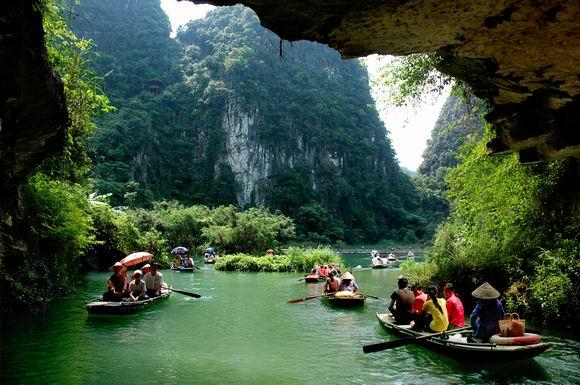Đoàn du khách chuẩn bị chèo thuyền vào khu du lịch