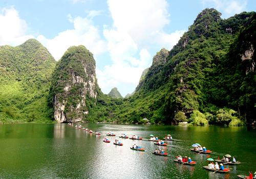 Du khách chèo thuyền ngắm cảnh