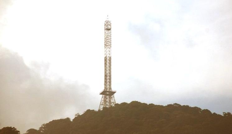 Tháp truyền hình nhìn từ xa