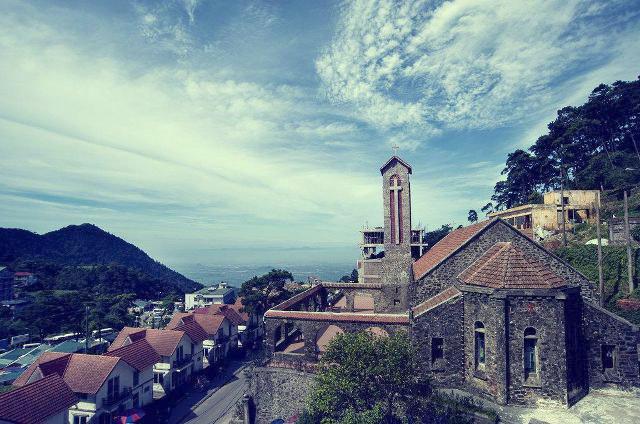 Nhà thờ cổ Tam Đảo nhìn từ xa.