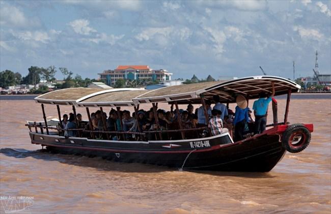 Du khách tham quan cảnh quan sông nước miền Tây từ những chiếc thuyền đưa đón mang kiểu dáng đặc trưng của miền quê sông nước miền Tây Nam Bộ.