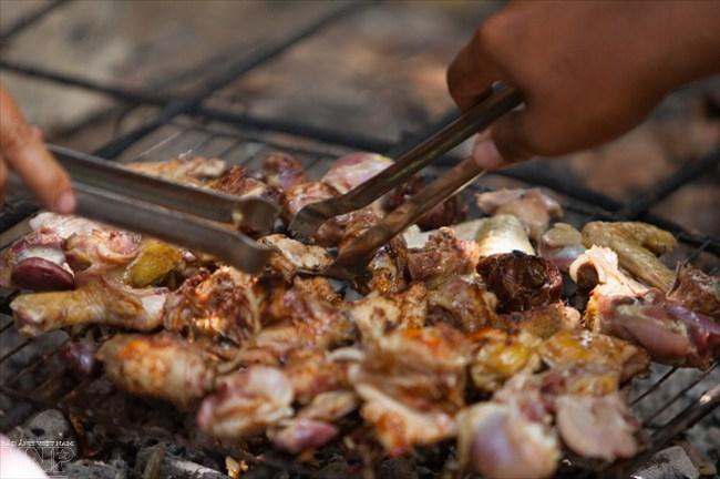 Đặc sản gà nướng tự tay du khách chế biến theo hướng dẫn tận tình của đầu bếp.