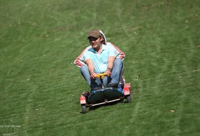 Tận hưởng trò chơi trượt cỏ vui nhộn.