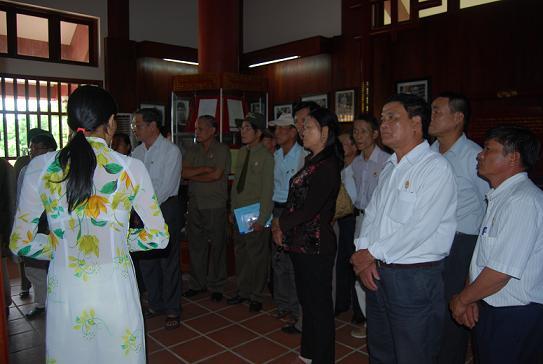 Khách đến tham quan khu lưu niệm cố Thủ tướng Phạm Văn Đồng