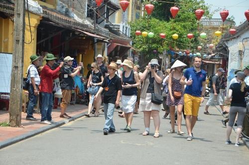 Du khách đến thăm quan khu phố cổ