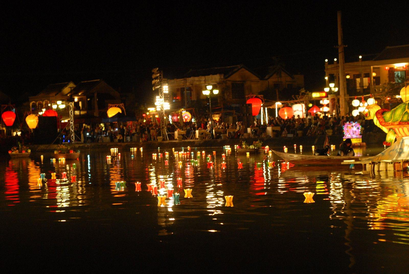 Phố cổ Hội An  lung linh trong đêm hội Hoa Đăng