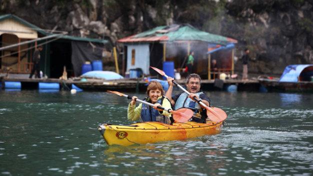 Du khách nước ngoài dùng thuyền tham quan làng chài Cửa Vạn