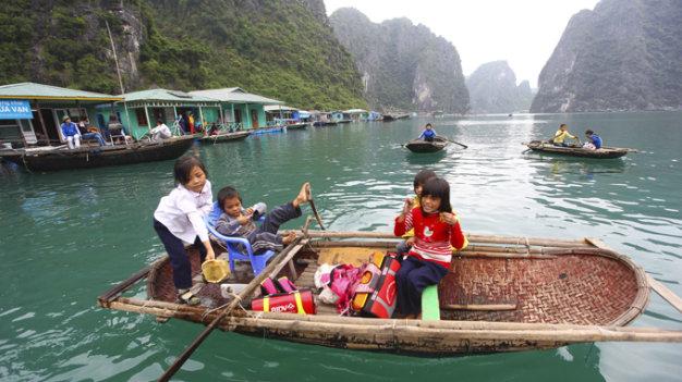 Học sinh Trường tiểu học Cửa Vạn chèo thuyền đến trường, ngôi trường này có ba phòng học rộng khoảng 70m2