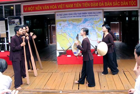 Những đêm làng chài vào hội, hoặc có đám cưới, du khách còn được nghe dân chài hát ghẹo, hát chèo đường