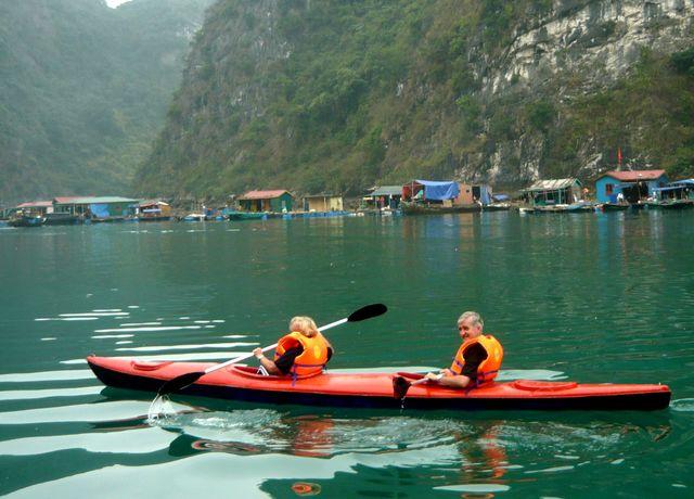 Du khách chèo thuyền tham quan