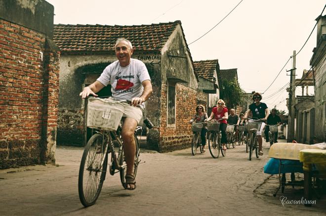 Đạp xe khám phá làng cổ Đường Lâm.