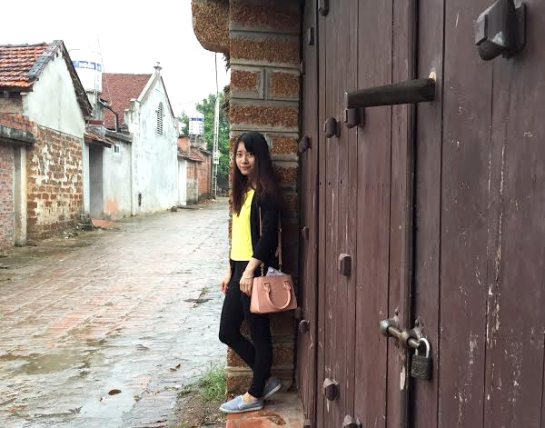 Những cánh cổng, bức tường cũng là background yêu thích của các bạn trẻ