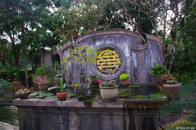 Trong kiến trúc nhà vườn ở Phước Tích là gia đình nào cũng có một bể chứa nước trong sân và hai chiếc gầu múc nước dựng gần đấy