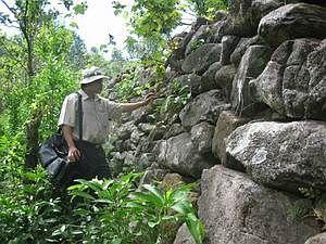 Một góc của bờ thành bằng đá.