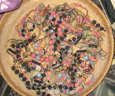 Các mẫu chỉ nhiều màu sắc và các loại hoa văn được dệt từ sợi lanh địa phương