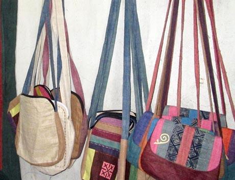 Mẫu sản phẩm các loại như: Gối, túi sách, túi đeo... dệt thổ cẩm của HTX rất được khách hàng trong và ngoài nước ưu chuộng.